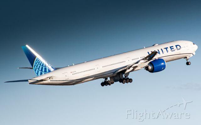 BOEING 777-300ER (N2749U)