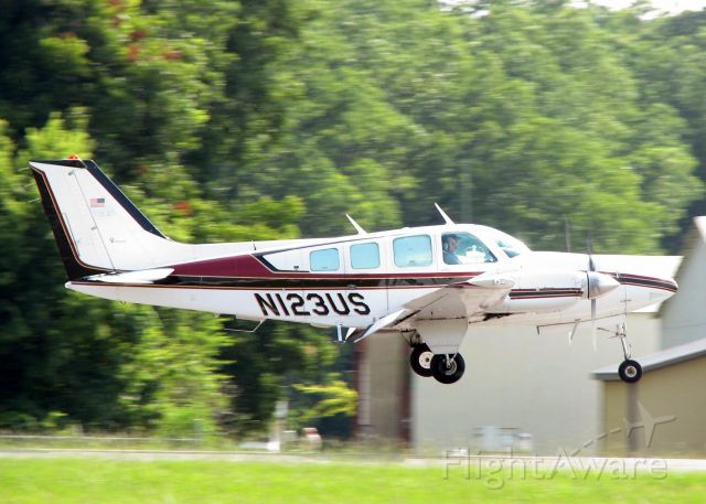 Beechcraft Baron (58) (N123US) - Touching down on 14 at Downtown Shreveport.