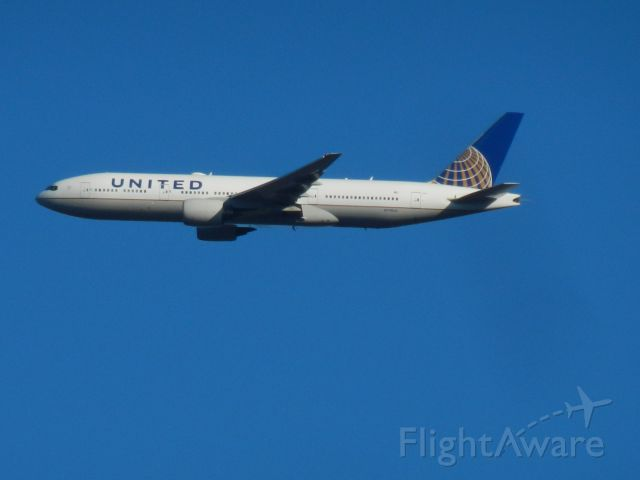 Boeing 777-200 (N798UA) - A United Airlines Boeing B777-222 Approaches Dulles Intl