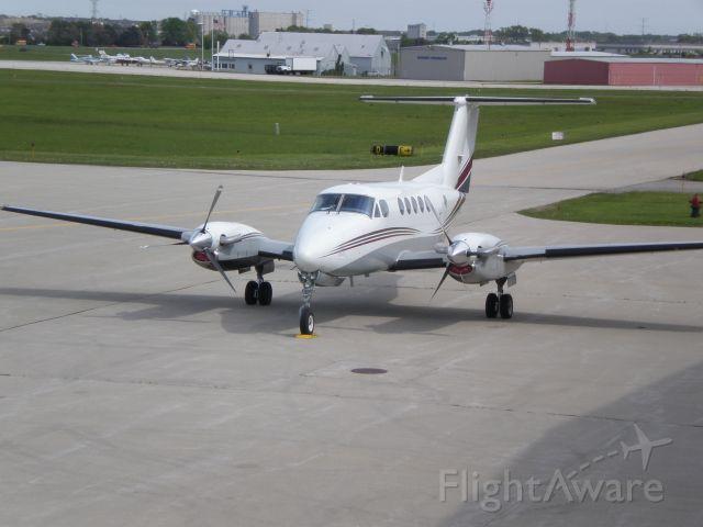 Beechcraft Super King Air 200 (N64DC)