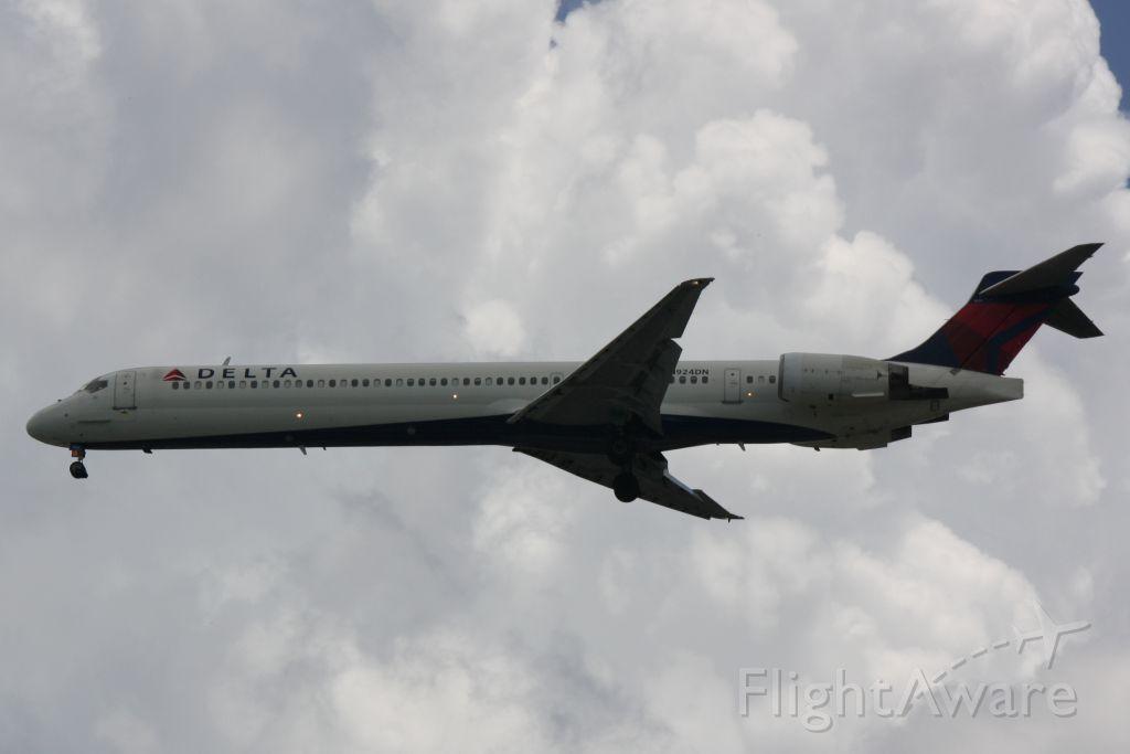 McDonnell Douglas MD-90 (N924DN) - Delta Flight 2574 (N924DN) arrives at Sarasota-Bradenton International Airport following a flight from Hartsfield-Jackson Atlanta International Airport