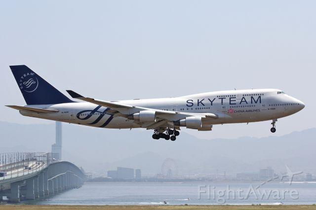 Boeing 747-400 (B-18206) - Approach R/W24