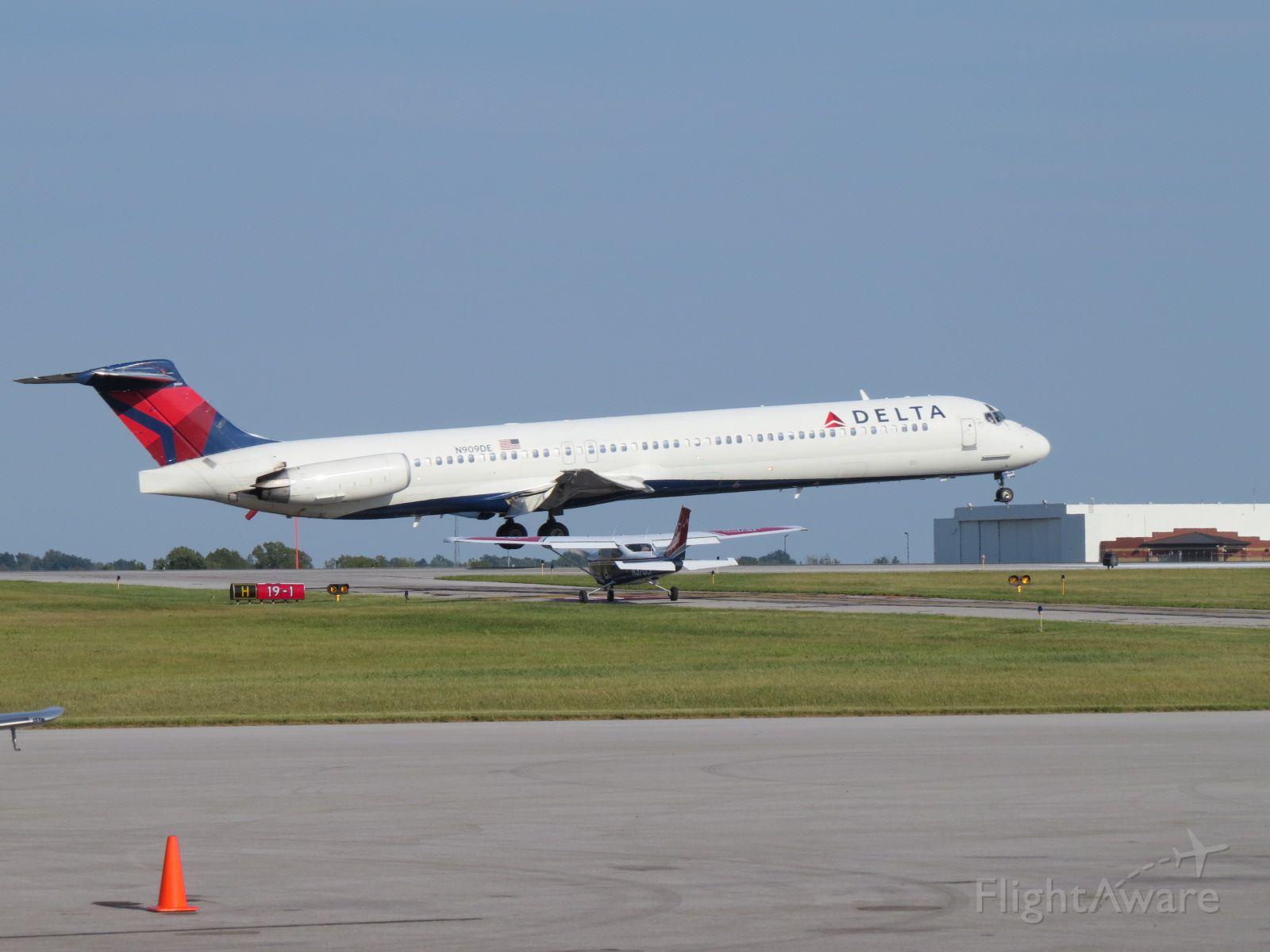 McDonnell Douglas MD-88 (N909DE)