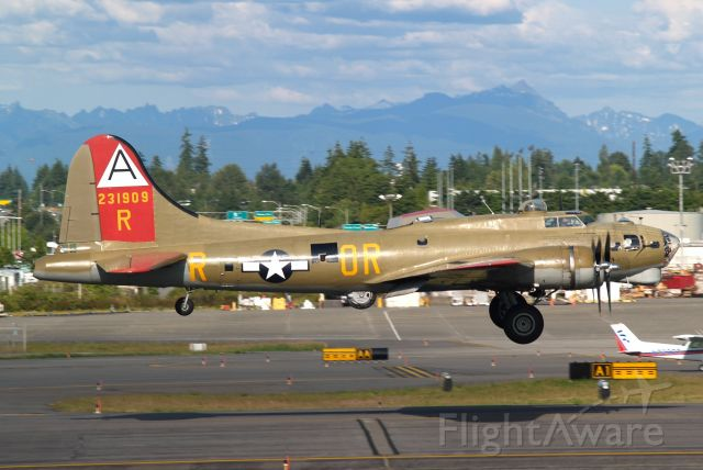 Boeing B-17 Flying Fortress — - Photo uploaded by moonm    Boeing B-17 landing at KPAE