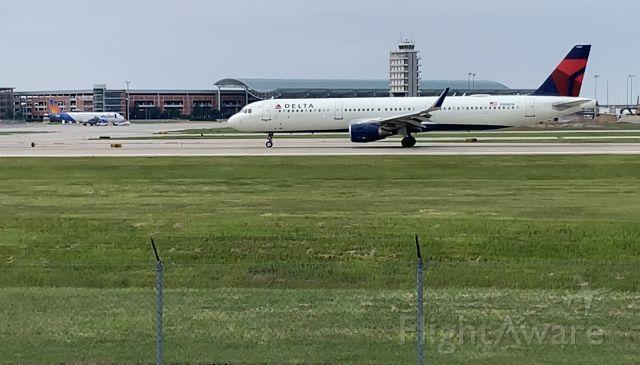 Airbus A321 (N304DN)