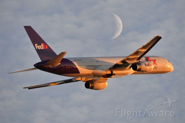 Boeing 757-200 (N934FD) - 23-L on 11-19-20. Moon rising.