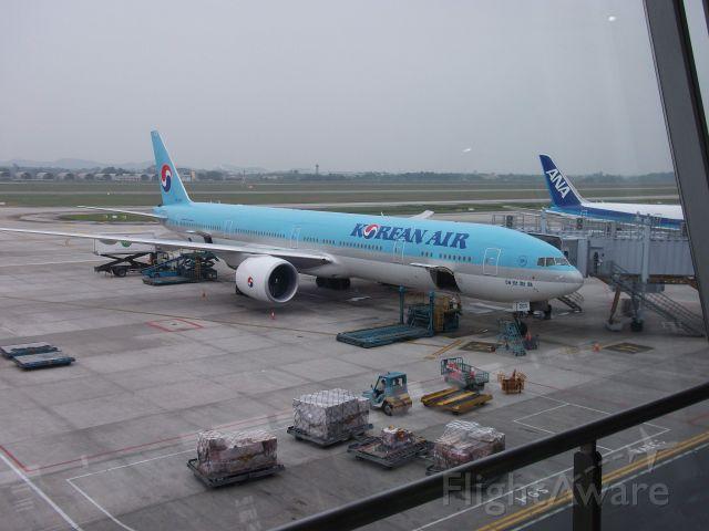 BOEING 777-300 — - A Korean Air Boeing 777-300 getting prepared for it's flight to Seoul International Airport (Incheon).