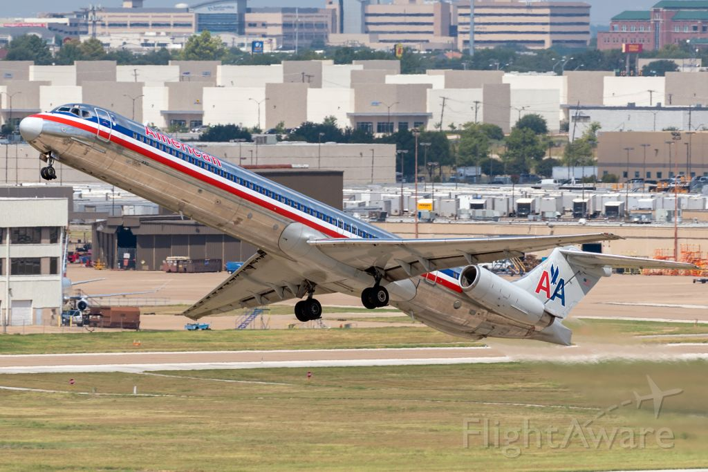 McDonnell Douglas MD-83 (N9616G) - N9616G performing what was by far the most spectacular departure of the Roswell boneyard-bound American Super 80s. The Mad Dog waves goodbye to DFW!