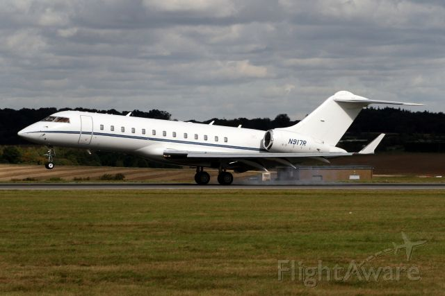 Bombardier Global Express (N917R) - Touching down on rwy 26 arriving from LFPB on 02-Oct-08.