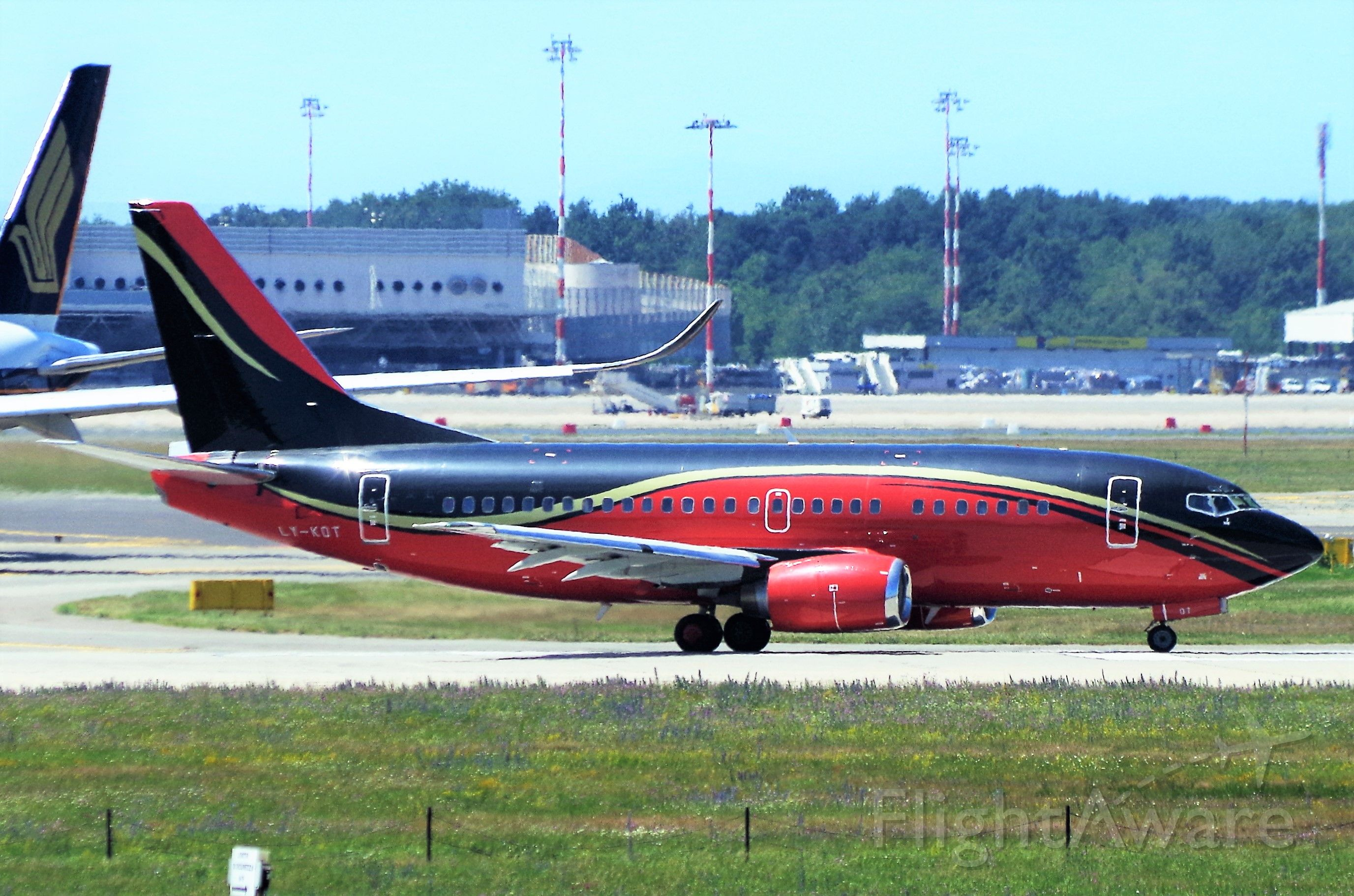 Boeing 737-500 (LY-KDT)