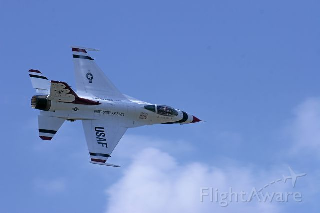 Lockheed F-16 Fighting Falcon — - Thunderbird Solo Flies by the Crowd at Janesville, WI May 2010