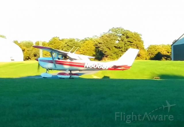 Cessna Skyhawk (N60687) - A late afternoon dash around the patch.