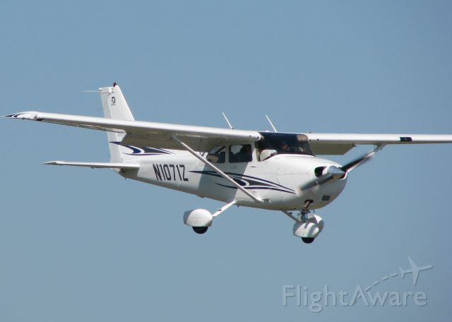 Cessna Skylane (N1071Z) - About to touch on runway 14 at Downtown Shreveport.
