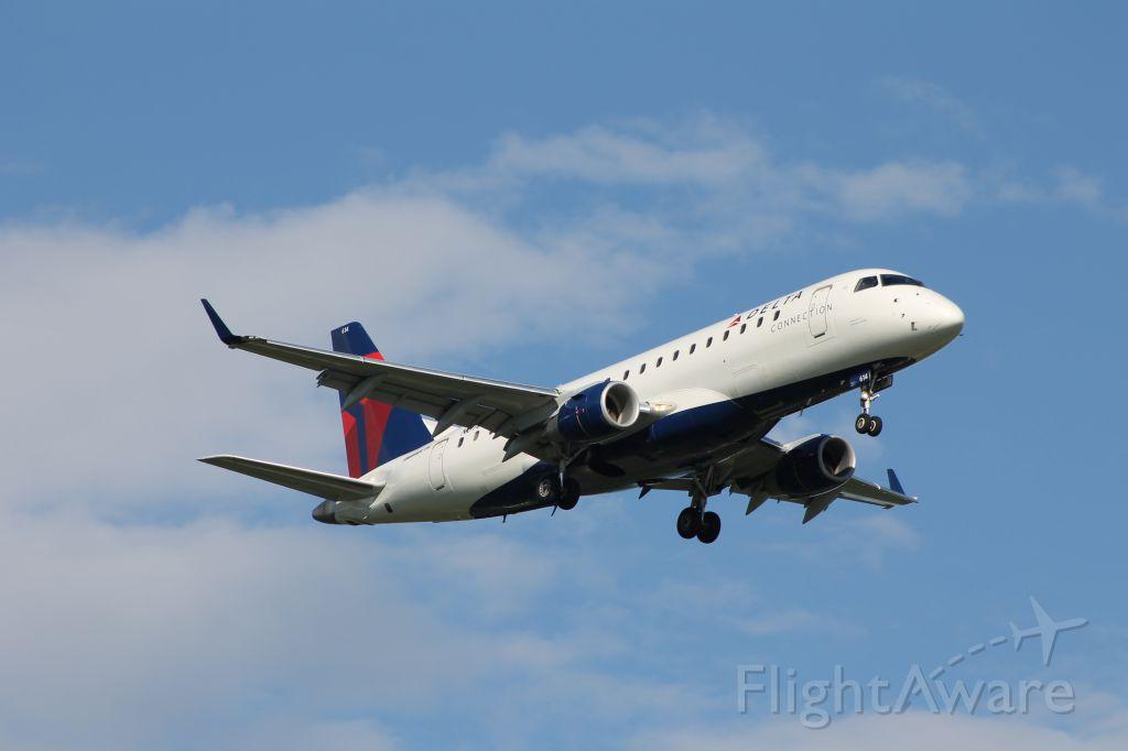 Embraer 170/175 (N614CZ)
