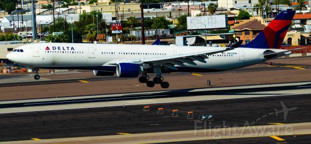 Airbus A330-300 (N805NW) - Landing RWY 26