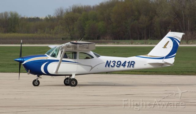 Cessna Skyhawk (N3941R) - Whiteside County Airport 18 April 2021<br />These are great colours!!<br />Gary C. Orlando Photo