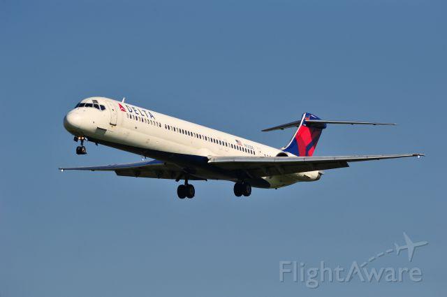 McDonnell Douglas MD-88 (N920DE) - Delta MD-88 on short final into Wichita, Kansas.