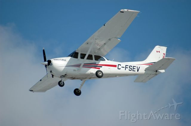 Cessna Skyhawk (C-FSEV) - 2011 Cessna 172S Skyhawk (C-FSEV/172S-11092) on final approach on February 6, 2021