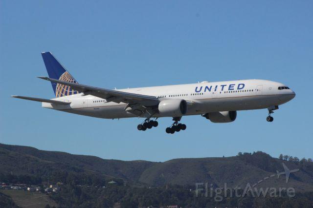 Boeing 777 (N229UA) - Runway 1R landing!