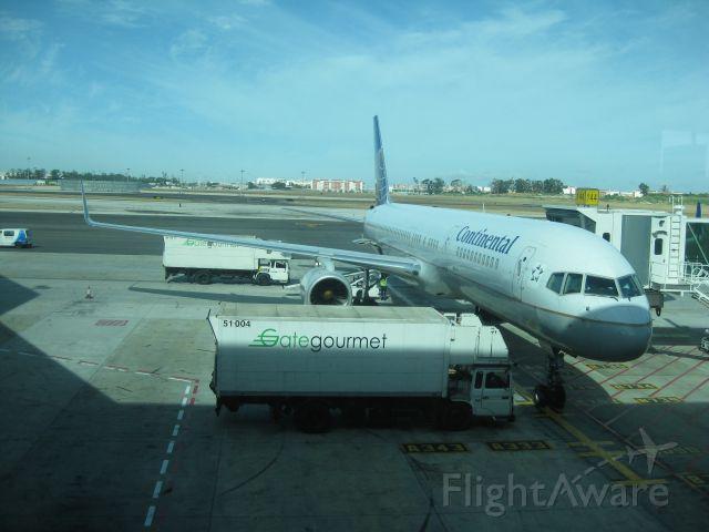 Boeing 757-200 (N34137) - Getting ready for! Continental 65 Lisbon-Newark