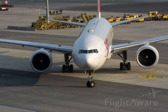 Boeing 777-200 (HB-JND)