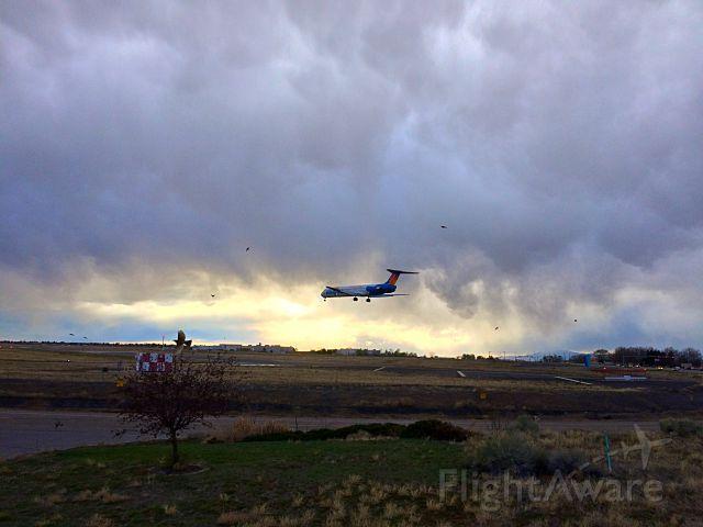 McDonnell Douglas MD-83 (N412NV) - AAY102 LANDING 21. IPHONE