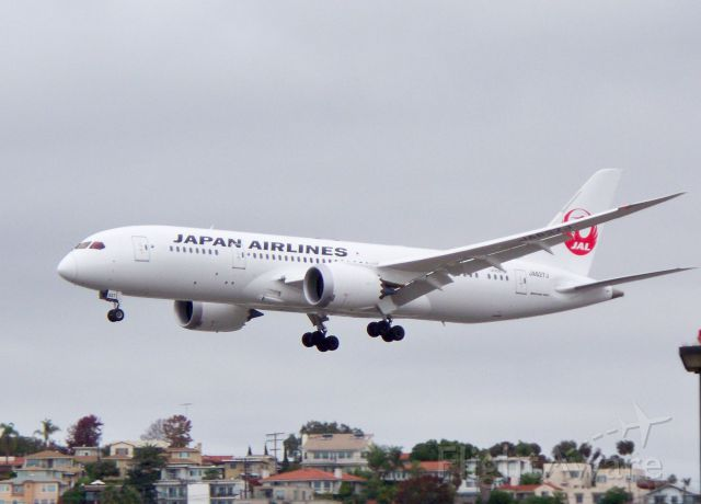 Boeing 787-8 (JA827J) - Inaugural Flight 66 from Narita over the fence. 12/02/2012