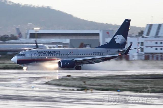 Boeing 737-700 (N908AM)