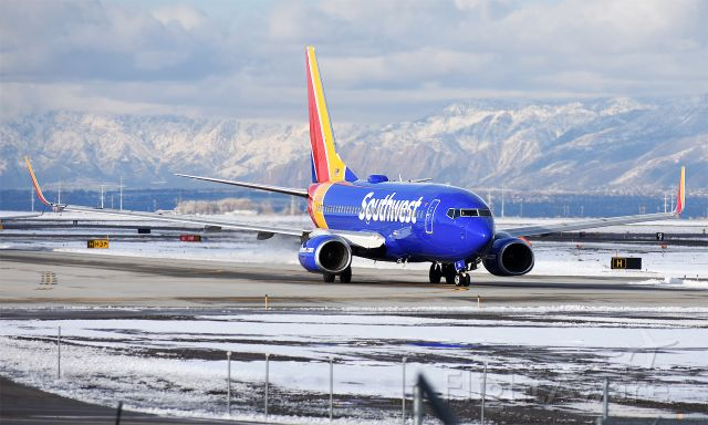 Boeing 737-700 (N736SA) - Taxiing to 34R on a cold winter afternoon.