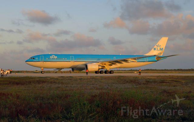 Airbus A330-300 (PH-AKB) - KLM773 arriving at Bonaire