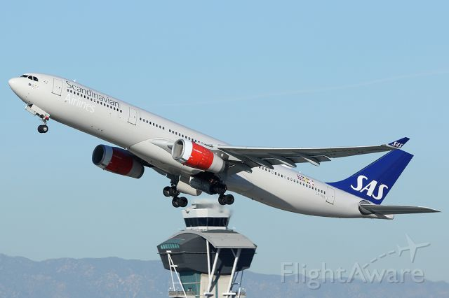 Airbus A330-300 (LN-RKS) - Takes off.