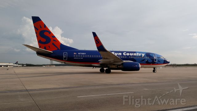 Boeing 737-700 (N715SY)