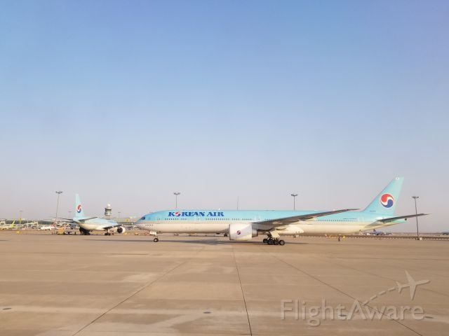 BOEING 777-300 (HL8010)