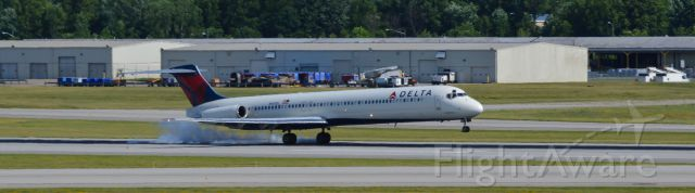 McDonnell Douglas MD-88 (N981DL) - Normal arrival from the east