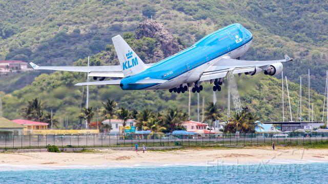 Boeing 747-400 (PH-BFN) - take off