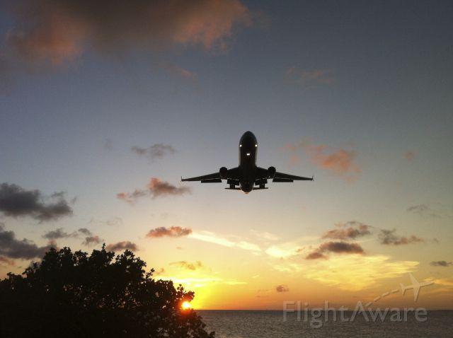 — — - LANDING KLM TOESTEL OP FLAMINGO AIRPORT BONAIRE