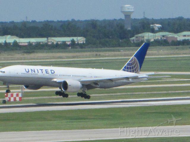 Boeing 777-200 (N76010)