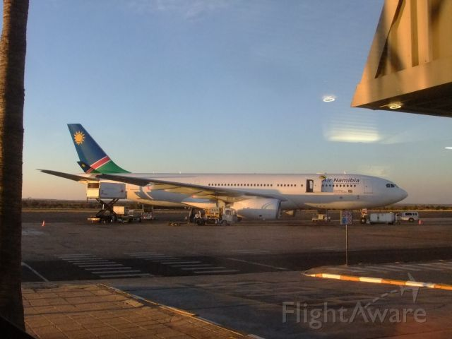 """Airbus A330-200 (V5-ANO) - An meinem Rückflugtag 02.10.2014 im Terminal WDH. Der neue A330-200 V5-ANO, auf dem Hinflug 5 Wochen früher hatte ich die V5-ANP. Diesmal waren - im Gegensatz zu den bisherigen 3 """"Rückflugs-Aufenthalten"""" - die Glastüren im Terminal durchweg zu, sodaß ich nicht aufs Vorfeld konnte. Daher ist dieses Bild mit den Spiegelungen der Terminal-Glasscheibe versehen, sorry."""