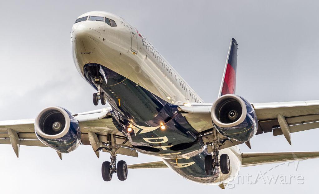 Boeing 737-800 (N373DA) - A runway 24L approach at YYZ