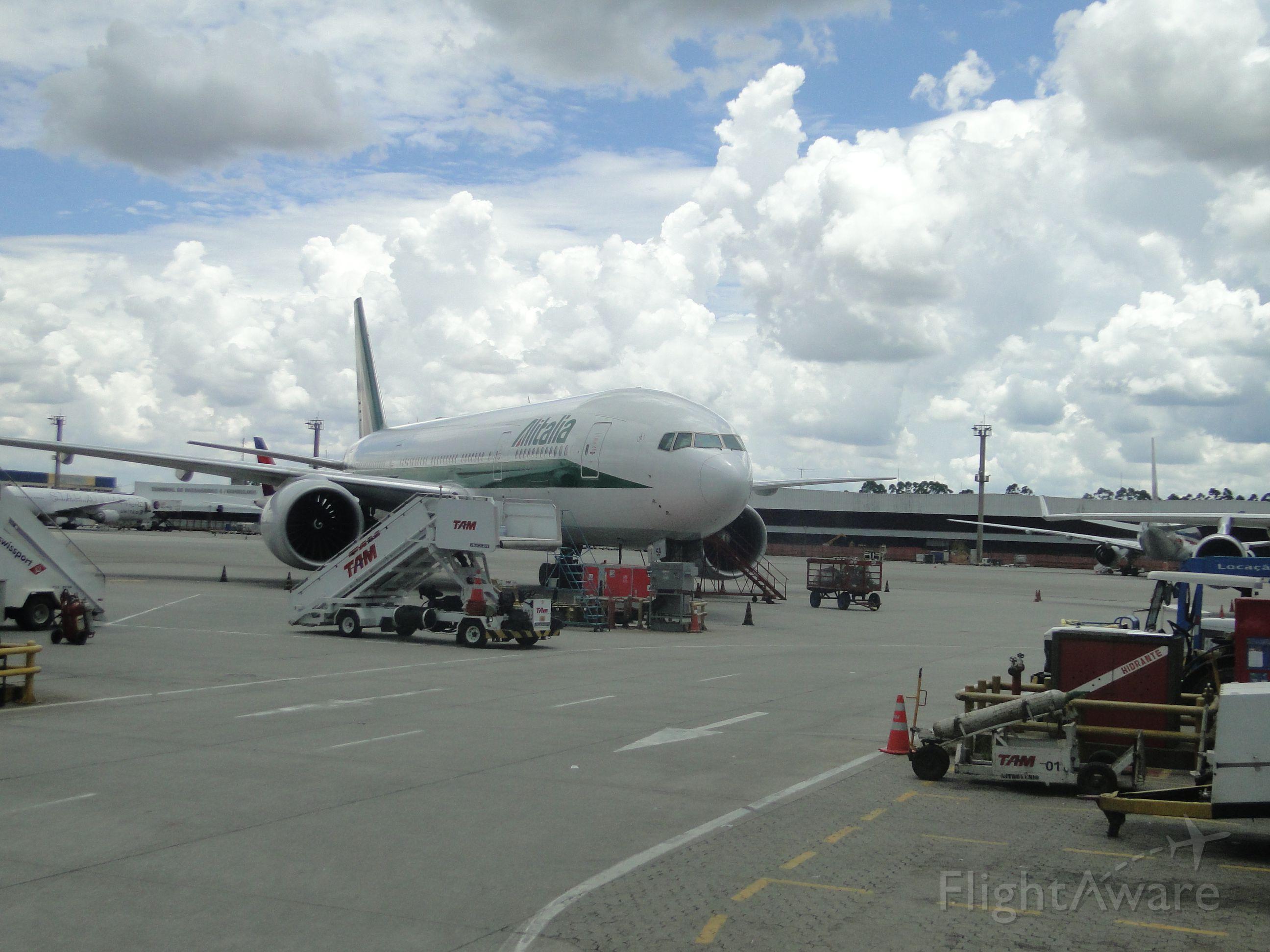 — — - Alitalia 777.