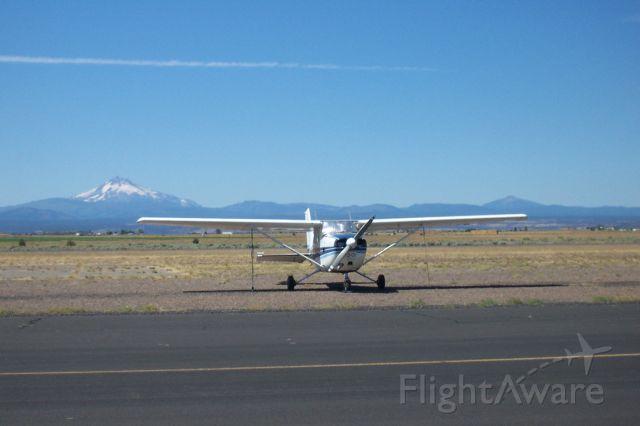 Cessna Skyhawk (N739DF) - note Mt. Jefferson in the background