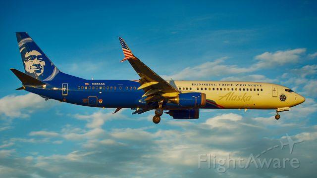 Boeing 737-900 (N265AK) - 13R approach.