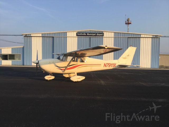 Cessna Skyhawk (N7911X) - Got this nice photo after landing at Smithville Municpal Airport