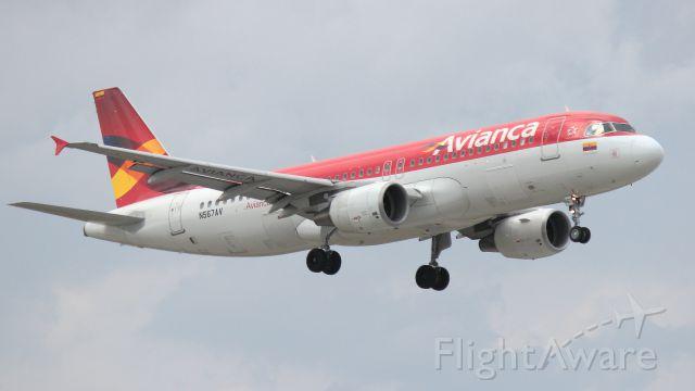 Airbus A321 (N567AV) - MIAMI INT AIRPORT, ATERRIZAJE POR PISTA 9. VISTA DESDE EL DORADO