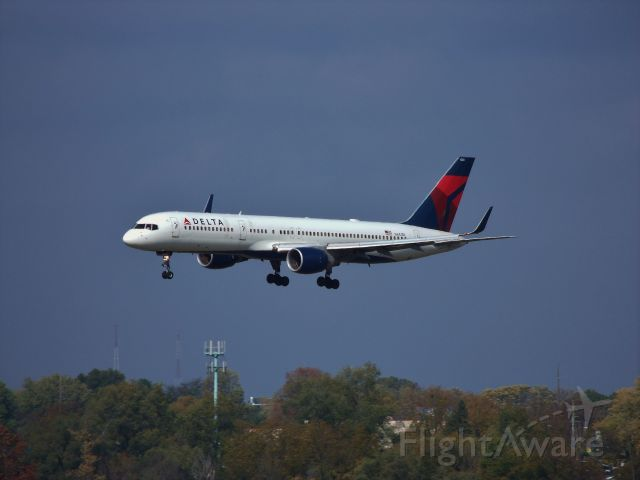 Boeing 757-200 (N641DL) - Short final runway 23 in Des Moines. First 757 i have seen with winglets.