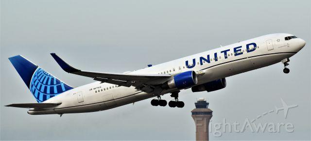 BOEING 767-300 (N674UA) - N674UA departing IAH on a cloudy Sunday afternoon.