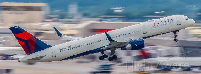 Boeing 757-200 (N557NW) - Departing ATL
