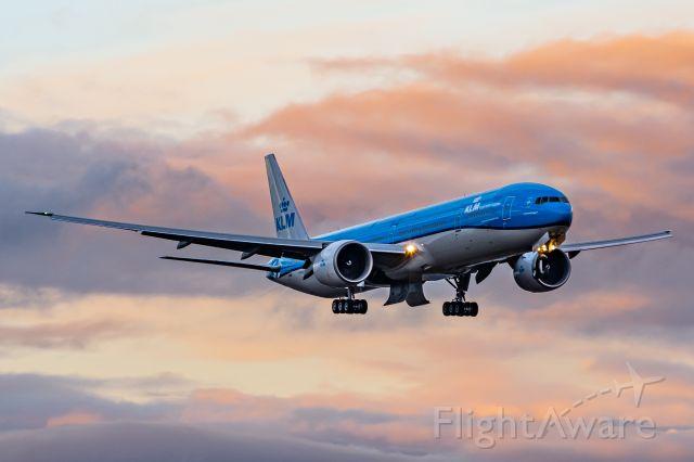 Boeing 777-200 (BOE573) - Freshly Painted BOE537 on final to KPAE 28 Jan 2021