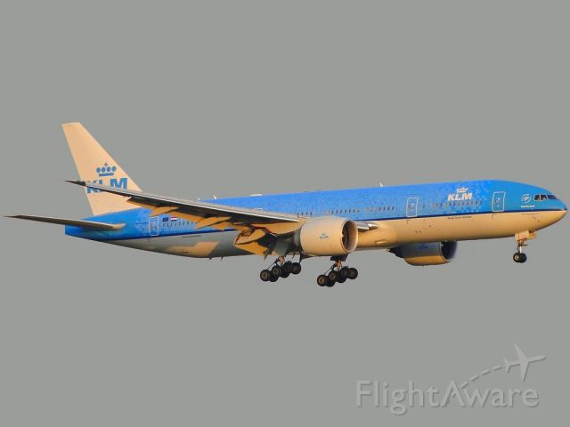 """Boeing 777-200 (PH-BQP) - Special colors """"KLM Tiles"""". For the 1st time in GRU. After its Roll Out with the painting. Impossible view the tiles with faces of people contemplate the promotion. Does my picture is there in the middle of those countless tiles?"""