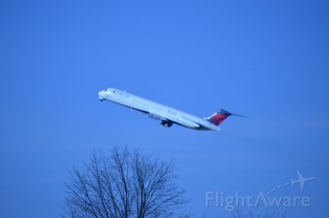 McDonnell Douglas MD-88 (N902DE) - DAL1939 to KATL taking off from 28R. Photo taken from top of parking garage.